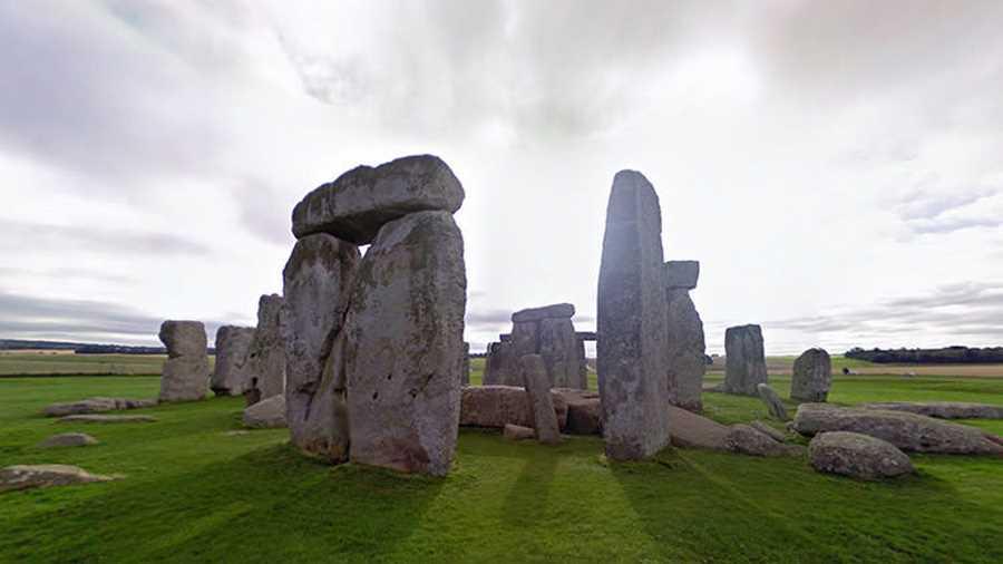 استونهنج. این سازهی باستانی پر رمز و راز واقع در شهرستان ویلتشایر انگلستان، یکی از معماهای حلنشدهی تاریخ است که بازدید از آن علاقهمندان زیاد دارد.