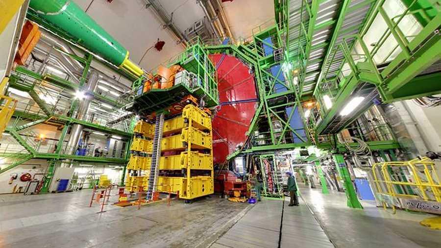 آزمایشگاه سرن. اگر دوست دارید سری به بزرگترین آزمایشگاه فیزیک ذرهای جهان و محل استقرار شتابدهندههای شبیهساز مهبانگ (بیگ بنگ) بزنید، باید سفری به مرز سویس و فرانسه داشته باشید