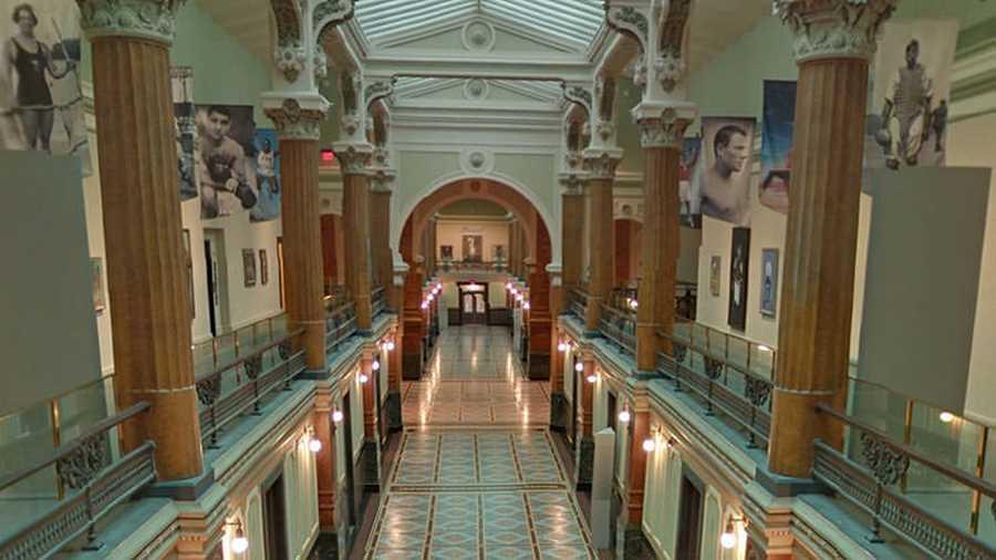 موزهی هنر آمریکایی اسمیتسونیان. گوگل استریت ویو مملو از چشماندازهای پانوراما از موزهها و گالریهای هنری در سراسر جهان است ولی موزهی هنر آمریکایی اسمیتسونیان از بقیه جذابیت و تأثیرگذاری بیشتری دارد.