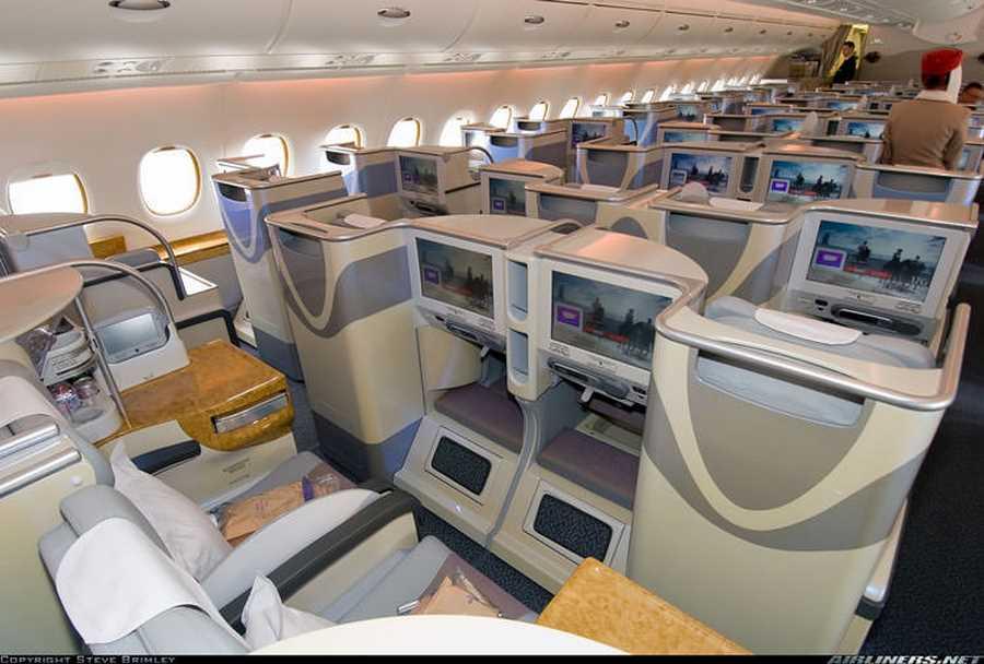 ایرباس  A380  هواپیمایی امارات. تا مهیا شدن فرصتی برای سوارشدن در این هواپیمای لوکس و گرانقیمت، با استفاده از گوگل استریت ویو نگاهی به امکانات و تجهیزات مدرن و مجلل آن بیندازید