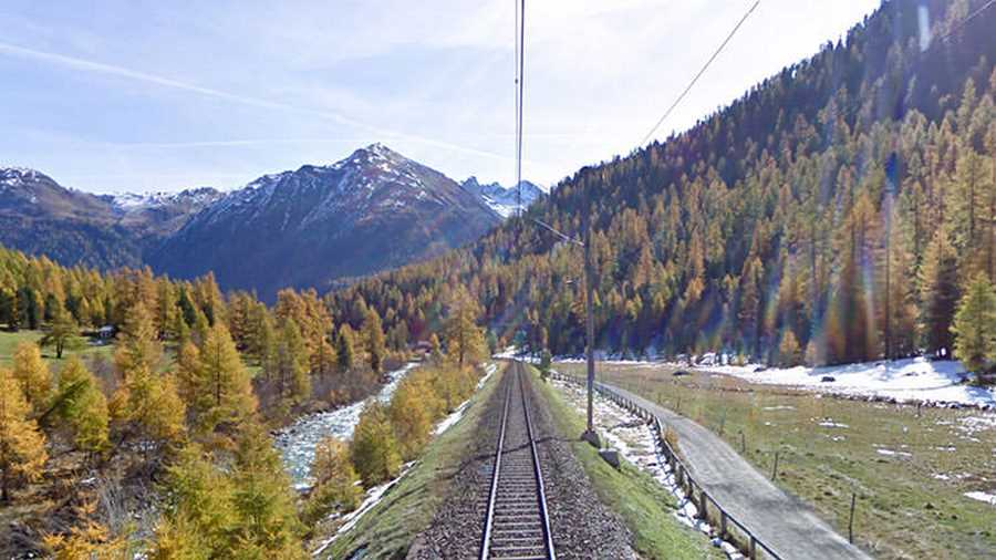 راه آهن آلپ سوئیس. اولین مسیر راه آهنی که در سال ۲۰۱۲ به پایگاه دادهی گوگل استریت ویو اضافه شد، خط آلبولا (Albula) به برنینا (Bernina) است که از میان بخش سویسی رشتهکوه آلپ میگذرد و هنوز هم بهاندازهی روز اول در بین کاربران جذابیت دارد