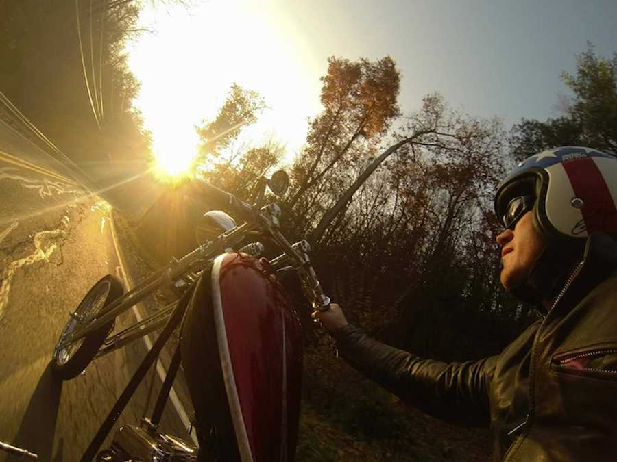 چاد گاگی در حال موتور سواری