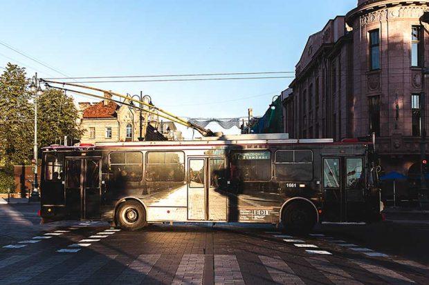 تصاویری از هنر خیابانی روی اتوبوس برقی در لیتوانی