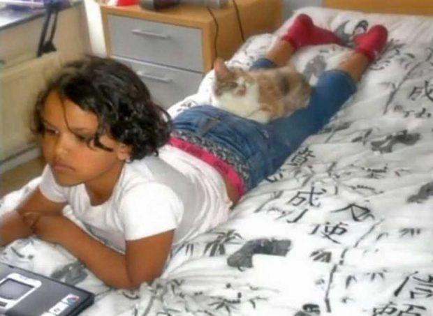 بچه گربه زشت و آواره به کمک یک کودک هفت ساله از مرگ نجات پیدا کرد