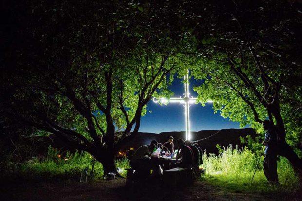 پیک نیک زیر درخت زردآلو – باگاران ارمنستان