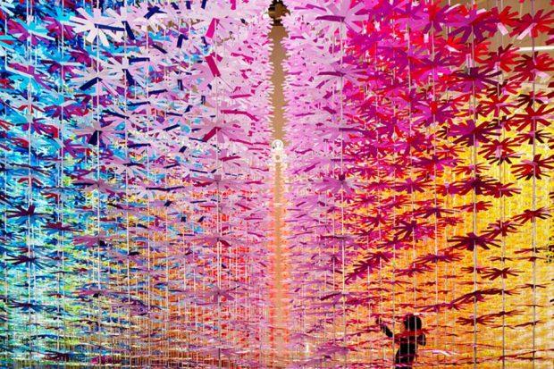 تماشای 25 هزار گل کاغذی رنگارنگ در یک اتاق کاملا هنری