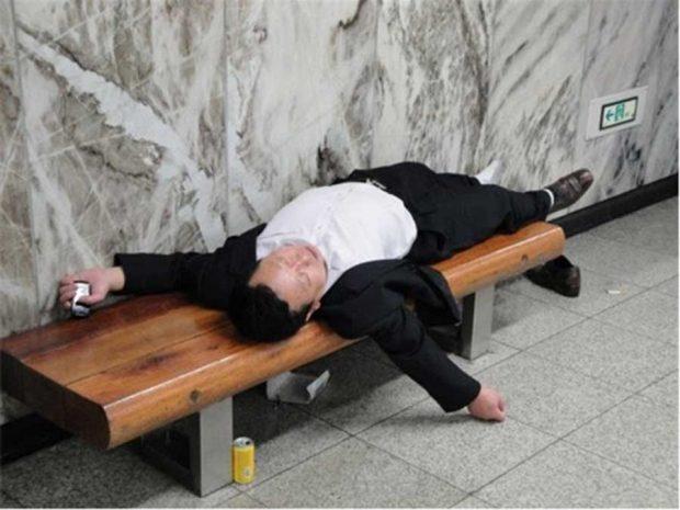 تصاویری از خواب روزانه کارمندان ژاپنی در مکان های عمومی !
