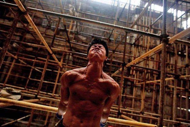 کارگر ساختمانی با عضلاتی ورزیده که حالا ستاره فضای مجازی است