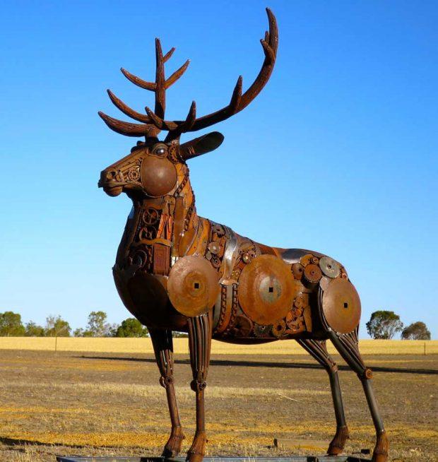 تصاویری از تبدیل ضایعات فلزی به مجسمه حیوانات